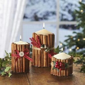 Svíčky ve skořicových svícnech.