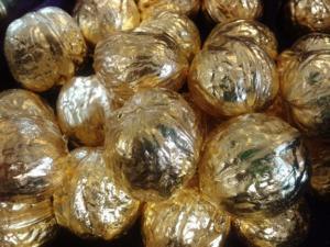 Skořápky ořechů nabarvené zlatou barvou.