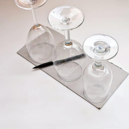 První krok při tvorbě svícnu z vínových sklenic - vystání podstavce
