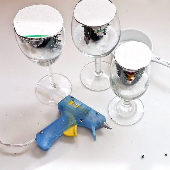 Výroba svícnů z vínových sklenic - lepení ozdob pomocí tavného lepidla