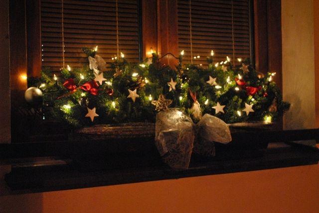 Truhlík s vánočním osvětlením.