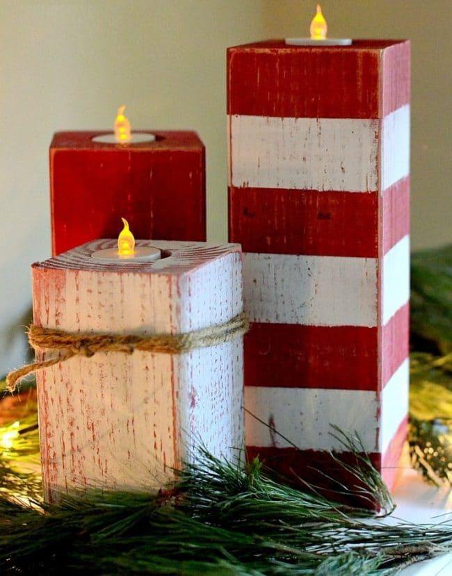 Dřevěný vánoční svícen z krychlí v červeno-bílém provedení s elektrickými svíčkami