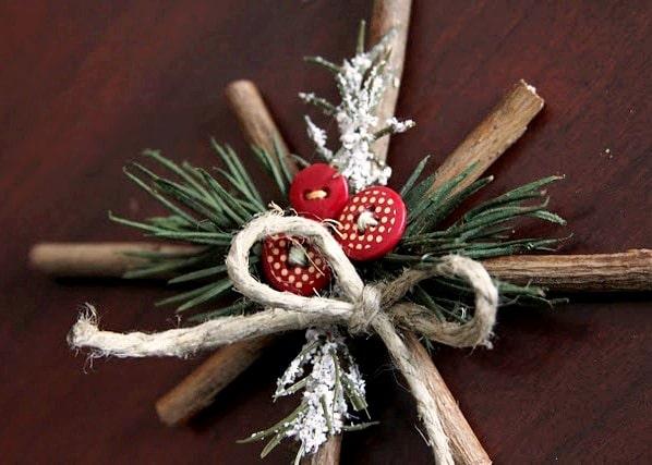 Vánoční kříž z větviček jako skvělá dekorace na stůl.