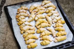 Vánoční mrkvové rohlíčky sypané moučkovým cukrem