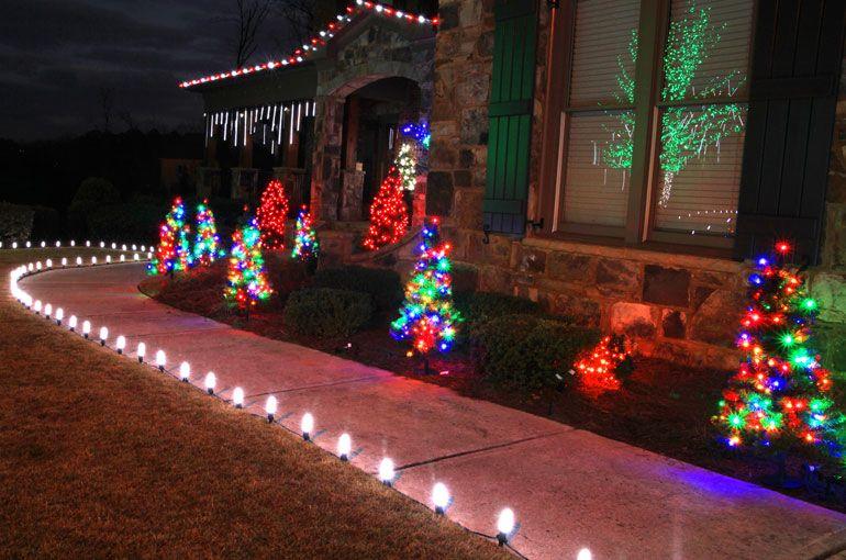 Solární vánoční osvětlení jako skvělé zpestření chodníku.