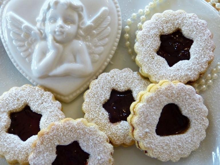 vánoční zdravé linecké cukroví vykrajované lepené marmeládou