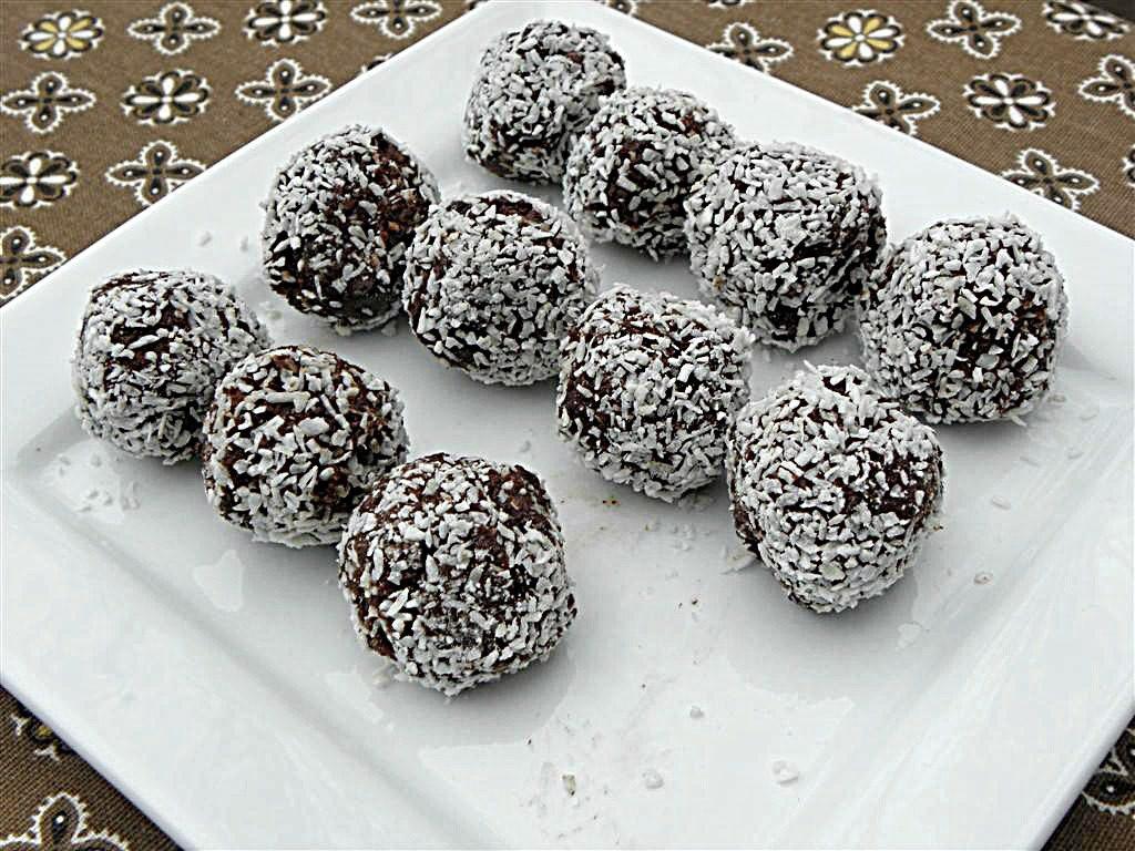 Vánoční nepečené cukroví s kokosem.