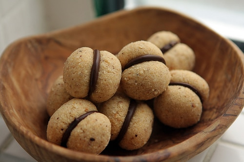 Vánoční mandlové cukroví s čokoládou.