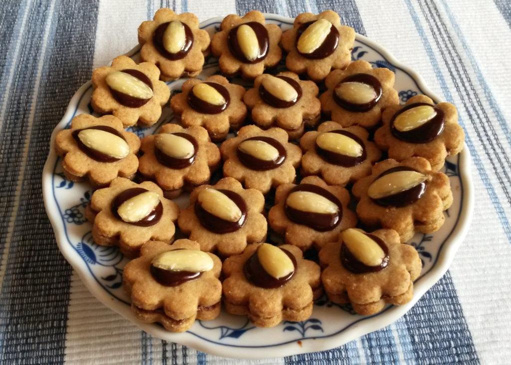 Slepované vánoční cukroví s ořechy.