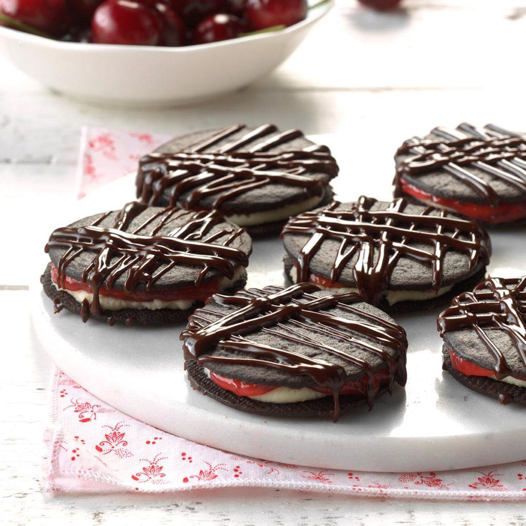 Cukroví na Vánoce s kávou, ve tvaru koleček, lepené marmeládou.