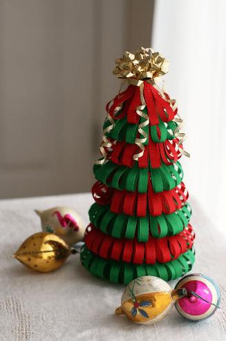 Ozdoba ze stužek v podobě vánočního stromečku