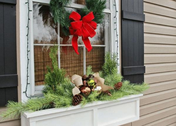 Vánoční baňky jako ozdoba v truhlících