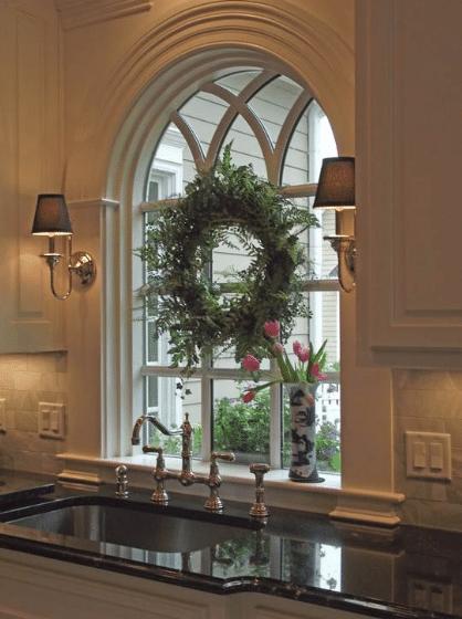 Věnec z větví jako vánoční dekorace do oken