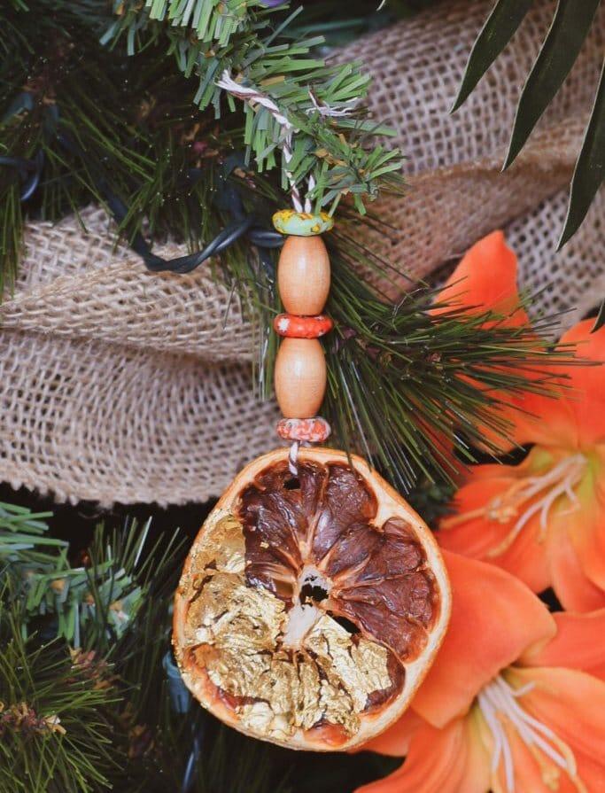 Sušené ovoce jako dekorace na vánoční stromek.