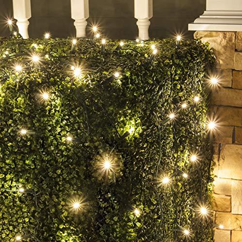 Venkovní osvětlení na Vánoce na keři.