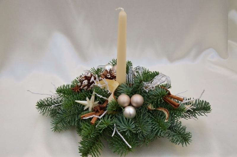 Hotový vánoční svícen na stůl s jednou svící