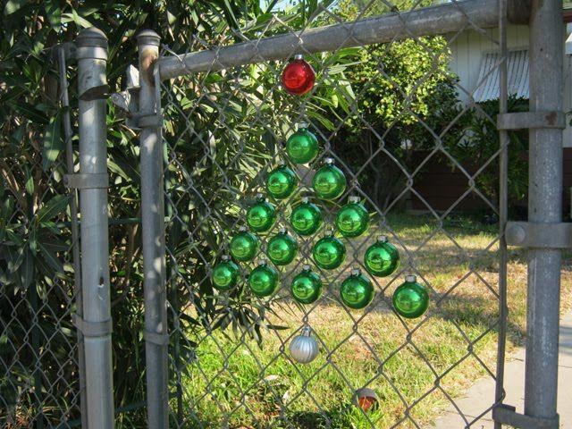 Vánoční ozdoby v plotě.