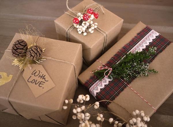 Zabalené vánoční dárky s jmenovkami.