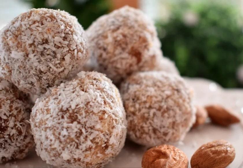 Mandlové nepečené kuličky obalené v kokosu