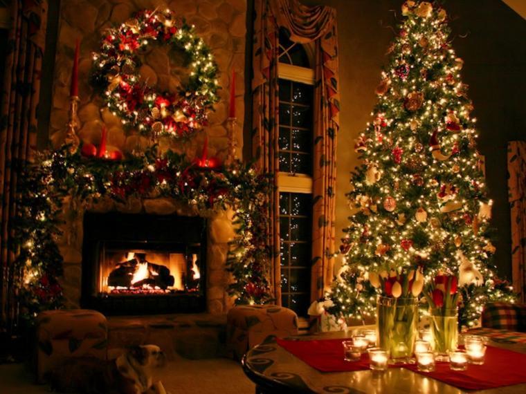 Pokoj na vánočním obrázkovém přání se svítícími dekoracemi na stromečku a nad hořícím krbem.