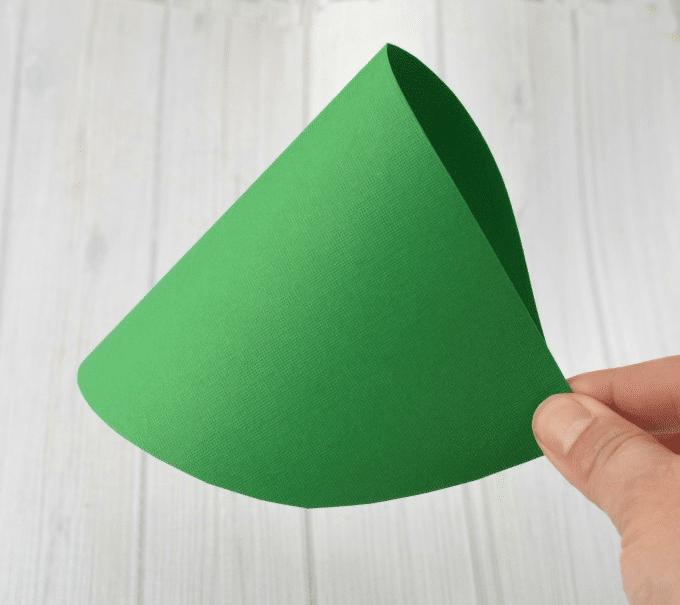 Návod jak si vyrobit jednoduchý vánoční stromeček z papíru.
