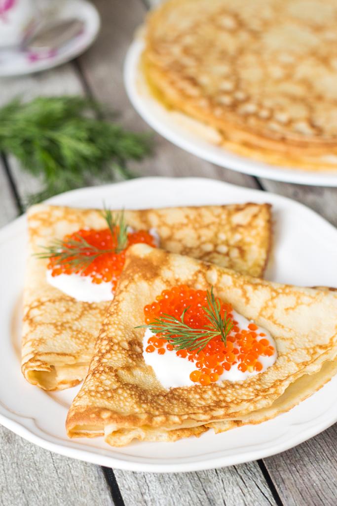 Tradiční ruské bliny s kaviárem a smetanou.