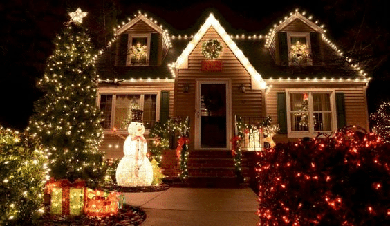 Americký dům nazdobený vánočními světýlky.