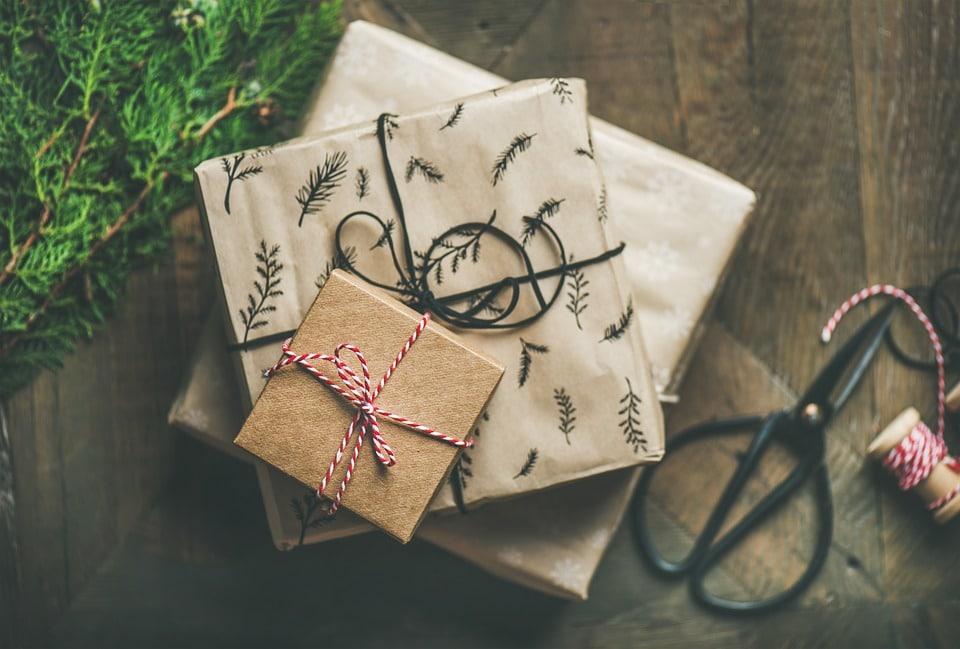 Pohled shora na dárky zabalené v béžovém papíru.