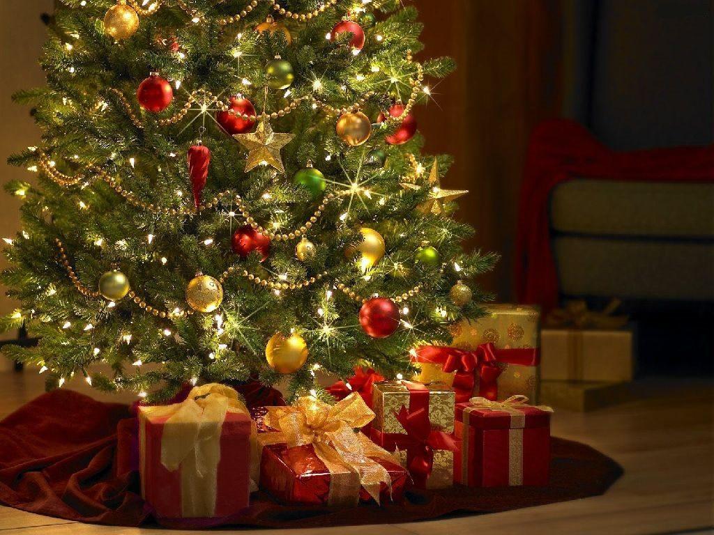 Přání s vánočním obrázkem ozdobeného stromečku a červenými dárky, ovázanými zlatými stuhami.
