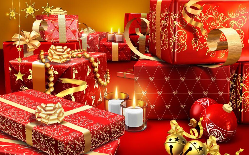 Kreslené pozadí s červenými dárky, baňkami a svíčkami, zdobenými zlatými stuhami a ornamenty.
