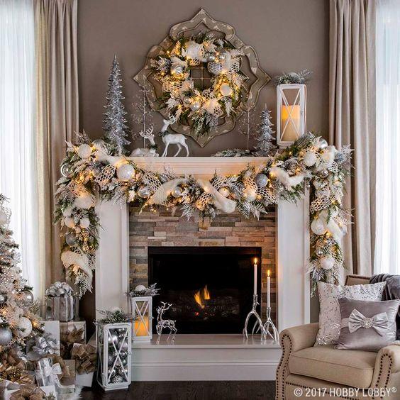 Americká vánoční výzdoba nad krbem.
