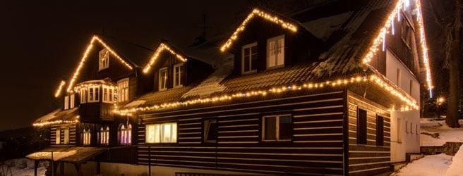 vánoční osvětlení domů patří k oblíbené vánoční dekoraci