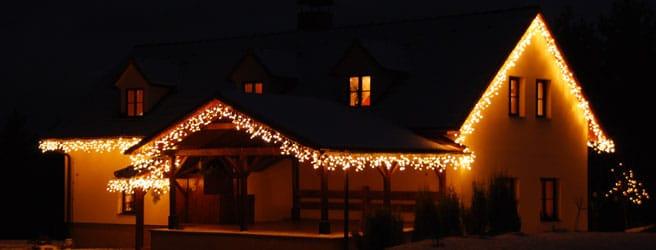 vánoční svíčky rámující střechu jsou oblíbeným vánočním osvětlením