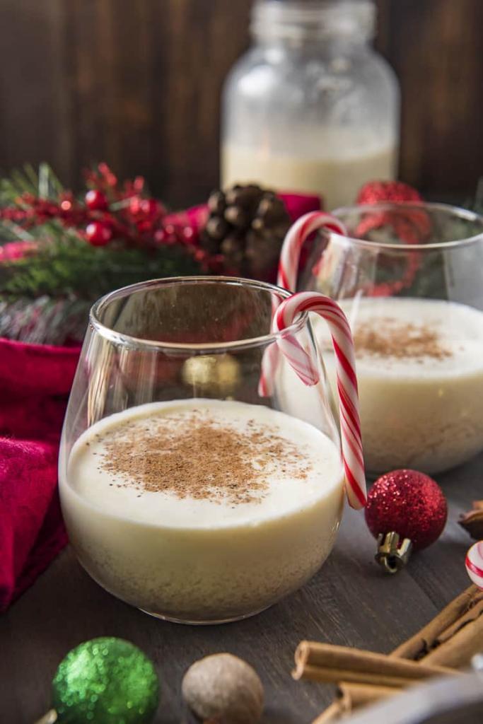 Tradiční vánoční vaječný likér podávaný za tepla.