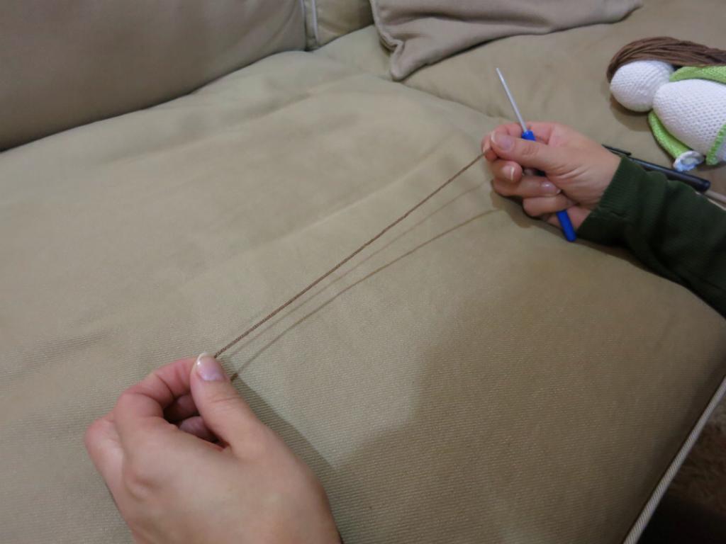 Háčkovaný andělíček - postup výroby vlasů.
