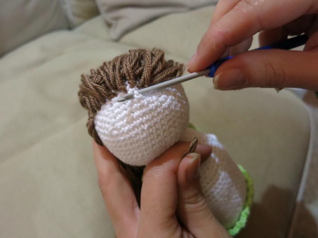 Háčkovaný andělíček - postup jak vyrobit vlasy.
