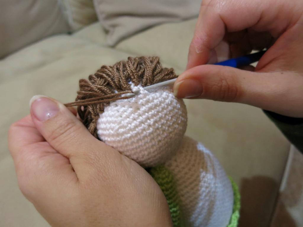 Vánoční háčkovaný andílek - postup výroby vlasů.