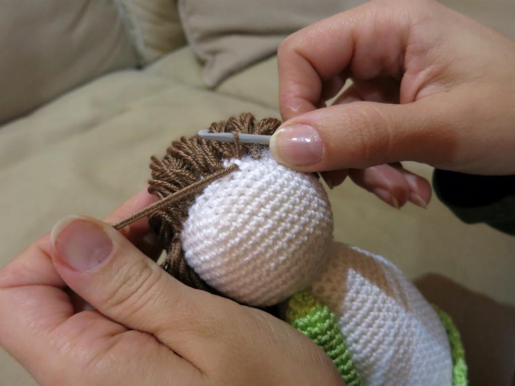 Vánoční háčkovaný andělíček - postup výroby vlasů.