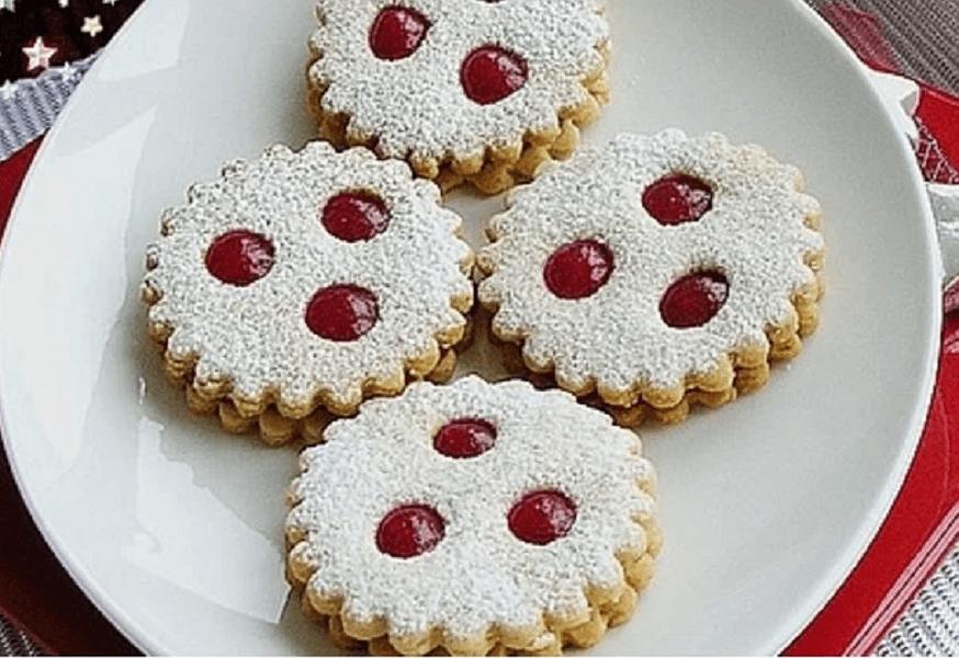 linecké cukroví slepované červenou marmeládou na talíři