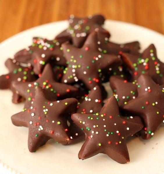 upečené marcipánové cukroví v čokoládové polevě