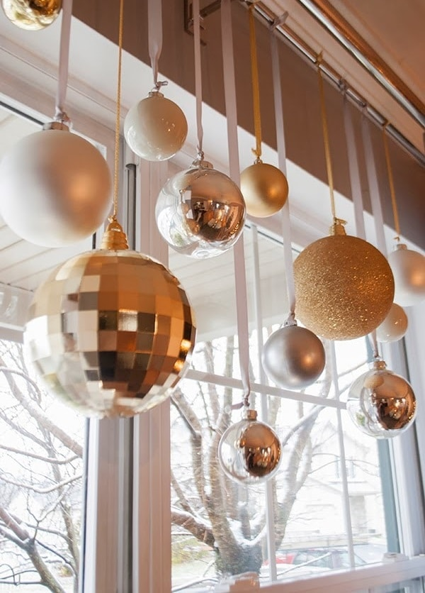 Dekorace do oken z přebytečných vánočních koulí