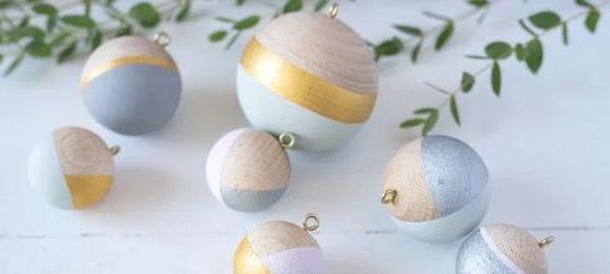 Scandi look dřevěné vánoční ozdoby v pastelových barvách.