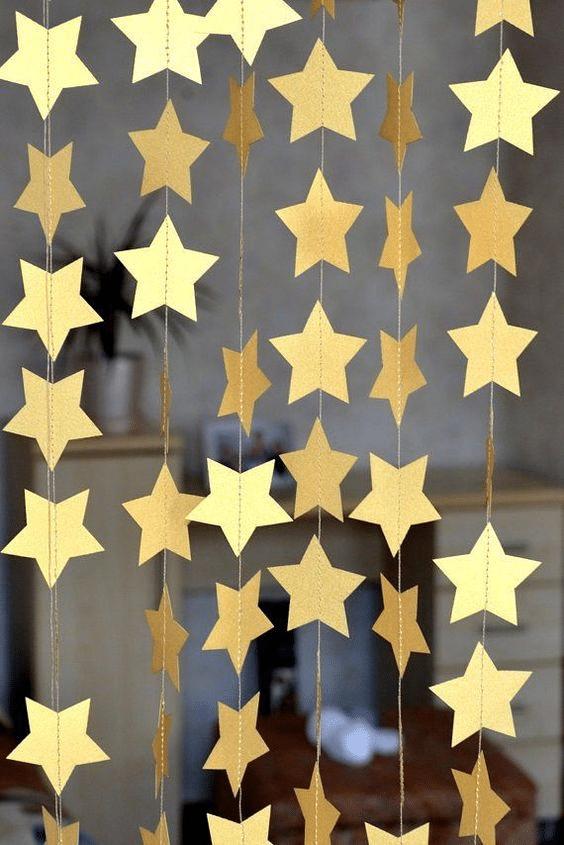 Minimalistický vánoční řetěz z papírových hvězd sešitých na stroji.