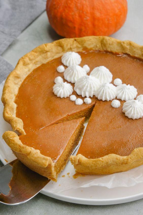 Tradiční americký dýňový koláč (pumpkin pie).