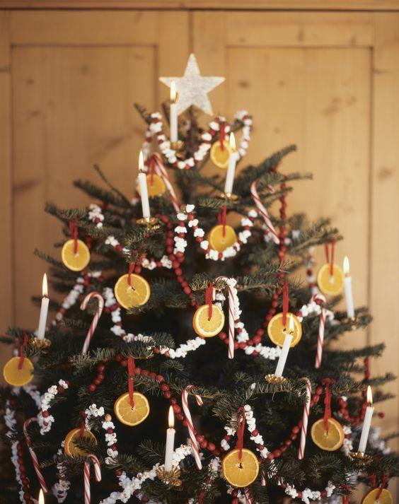 Tradiční americký vánoční stromek s řetězem z popcornu a candy cane lízátky.