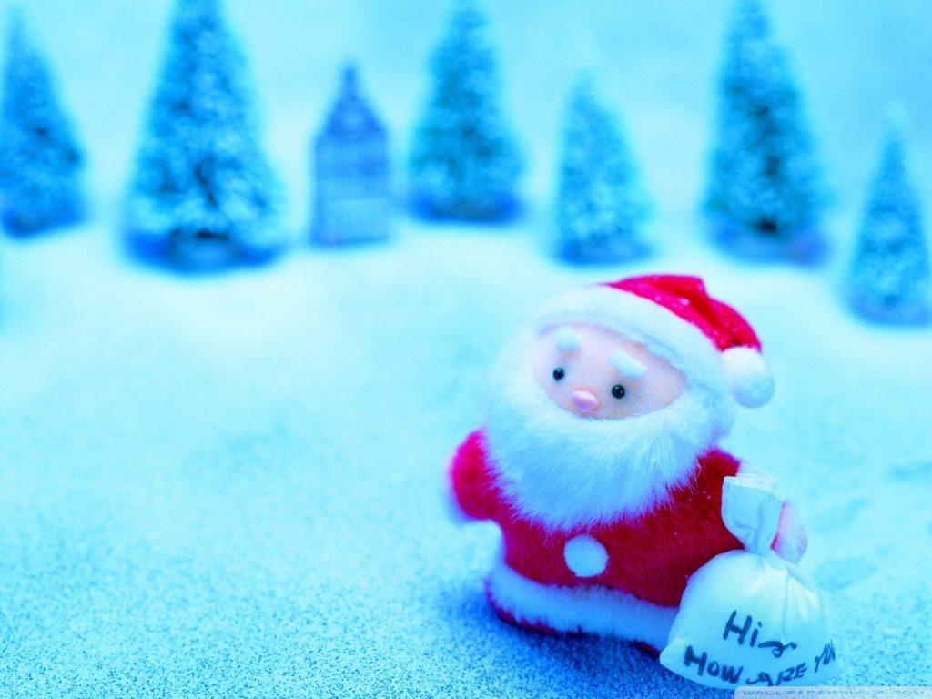 Pozadí se Santa Clausem a zasněženou krajinou s jehličnatými stromy v pozadí.