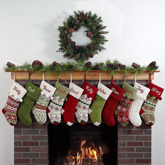 Jak se slaví Vánoce v Americe- vánoční punčochy na krbu.