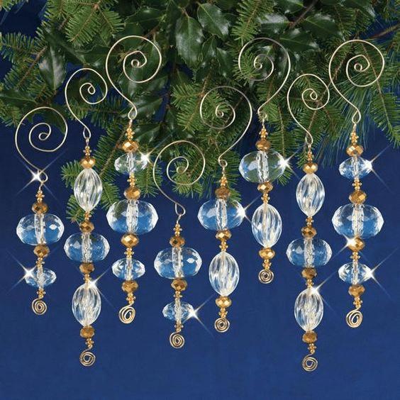 Návod na lesklé rampouchy z korálek na vánoční stromeček.