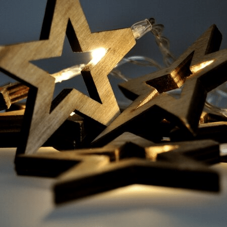 Vánoční světelný LED řetěz s dřevěnými hvězdičkami.