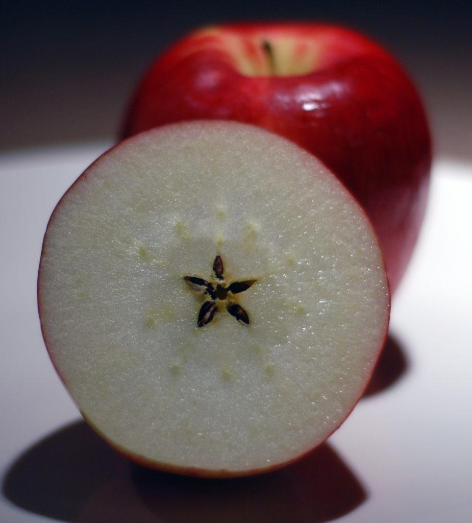 krájení jablka na štědrý den